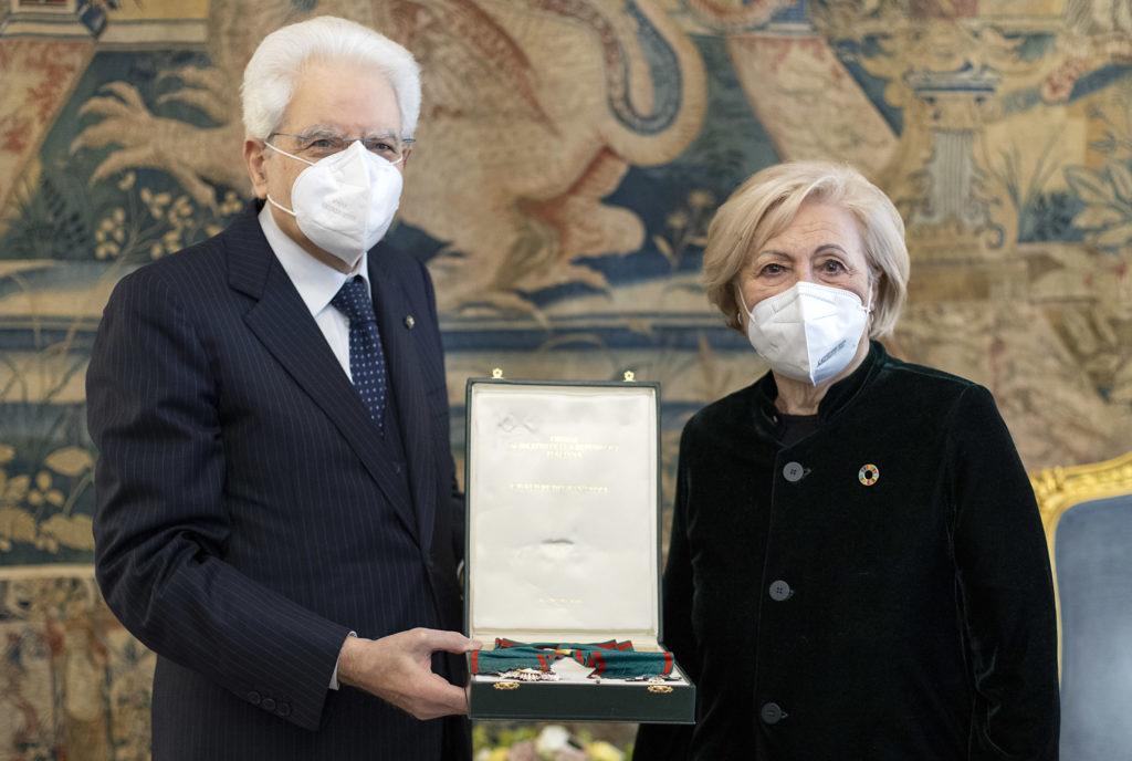 Mattarella consegna a Rosa Oliva l'onorificenza di Cavaliere di Gran Croce